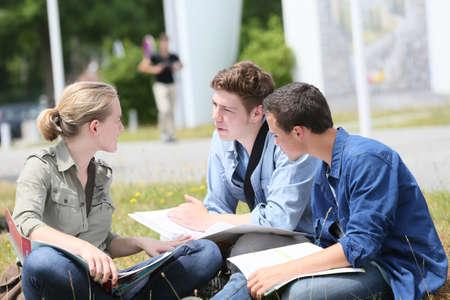 menschen sitzend: Junge Leute im Park sitzen, um zu studieren