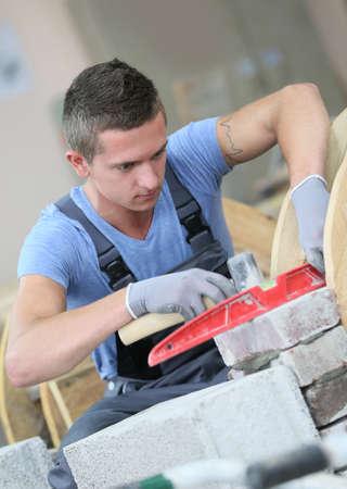 벽돌 전문 학교에서 젊은 남자