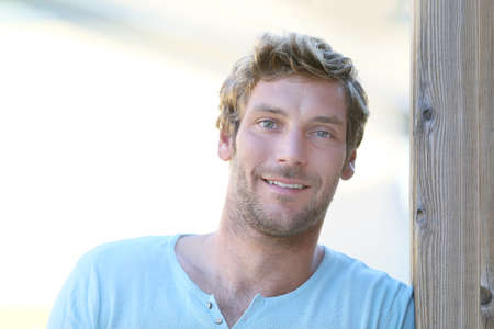 ojos azules: Retrato de hombre guapo de 30 años de edad,