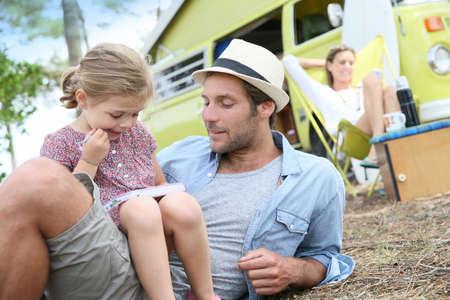 viaje familia: Papá con niña jugando juntos en camping