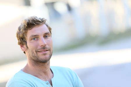 blonde yeux bleus: Portrait de belle 30-year-old man