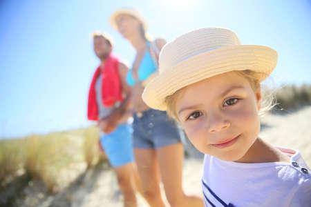 petite fille maillot de bain: Famille marche de la plage sur une journée ensoleillée Banque d'images