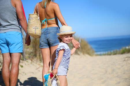 sunny day: Familia caminando a la playa en un d�a soleado