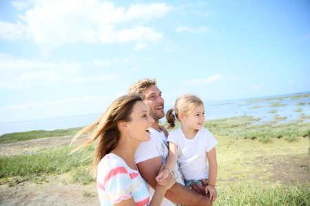family happy: Retrato de familia feliz caminar juntos en el paisaje natural