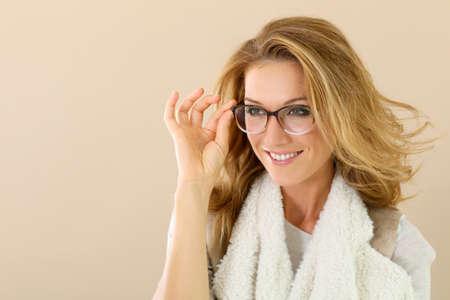 Attrative femme mûre avec des lunettes à la mode, isolé Banque d'images