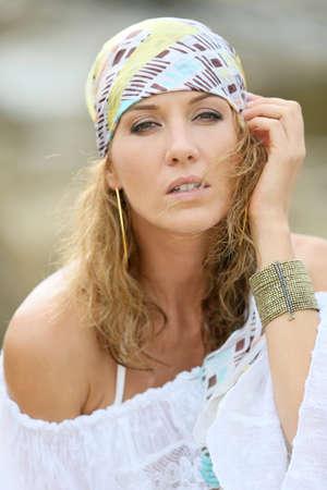 gitana: Retrato de mujer atractiva con estilo gitano