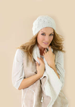 ring stand: Attractive fashion woman with winter clothes, isolated