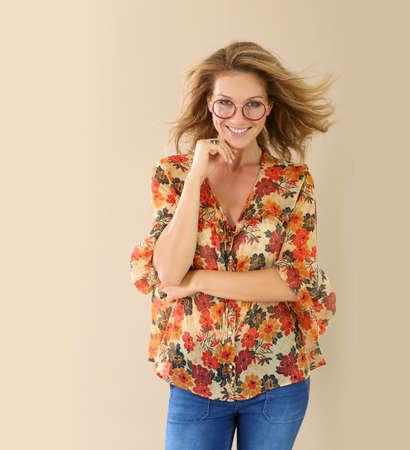 femme blonde: Femme à la mode attrayante avec des lunettes rouges sur, isolé