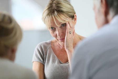terapia de grupo: Mujer mayor asistencia a la terapia de grupo