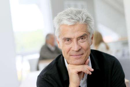 hombre viejo: Retrato de sonriente hombre senior Foto de archivo