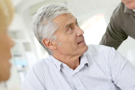 personas hablando: Hombre mayor que habla a las personas