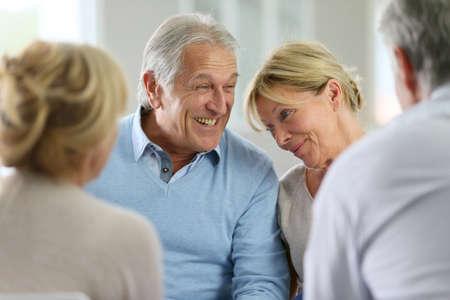 Couple assister à une thérapie de groupe