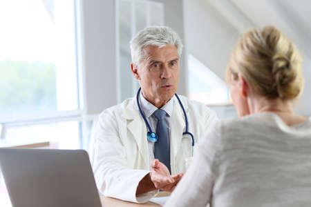 Docteur avoir consultation avec le patient dans le bureau Banque d'images - 45254448