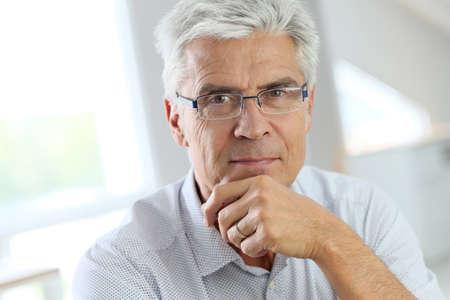 uomo felice: Ritratto di uomo anziano con i capelli indossando occhiali grigio