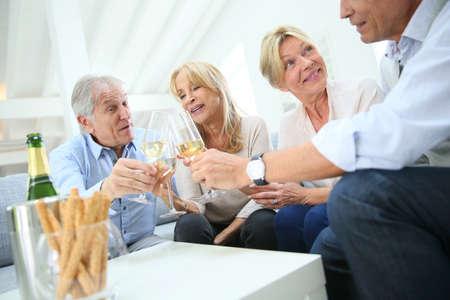 personas festejando: Grupo de gente mayor celebran con champán Foto de archivo