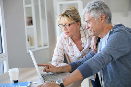 Ältere Paare zu Hause Prüfung Aufwendungen im Internet