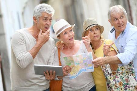 Gruppo di gente maggiore che viaggiano in Europa