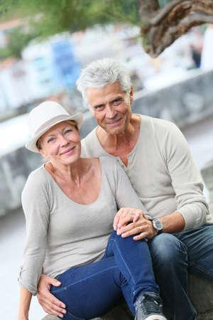 tercera edad: Retrato de alegre pareja de ancianos