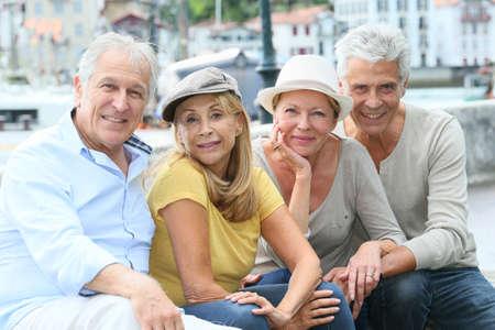 Retrato de las personas mayores alegres que disfrutan de viaje