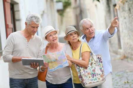 Grupo de gente mayor que viajan en Europa