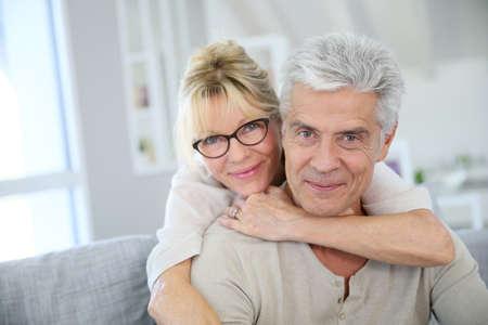 jubilados: Feliz pareja senior abrazando mutuamente Foto de archivo