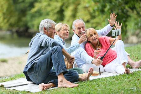 Grupo de gente mayor que hace el cuadro Selfy Foto de archivo - 45367351