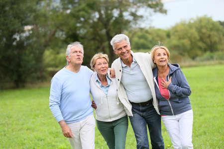 parejas caminando: Grupo de gente mayor en un día de caminar Foto de archivo
