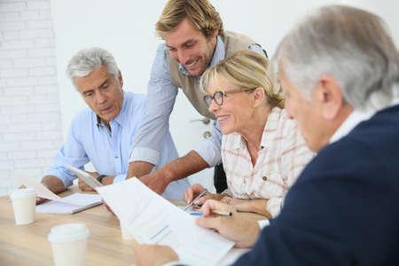 reuniones empresariales: Instructor de negocios con el grupo de personas mayores