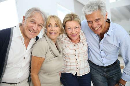 Un groupe de gens heureux supérieurs actifs