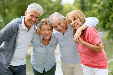 an elderly person: Parejas mayores tienen un buen rato en el campo