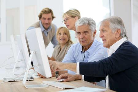 Groupe de personnes seniors en classe de formation de l'entreprise