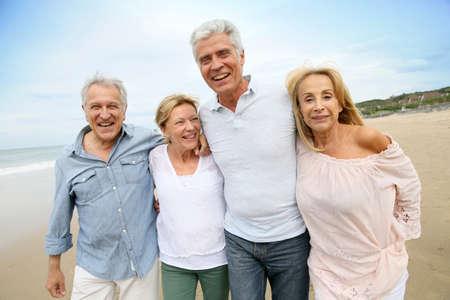 ancianos caminando: Gente mayor que recorre en la playa Foto de archivo
