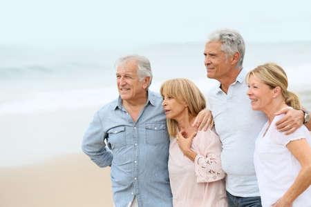 persona caminando: Grupo de gente mayor en la playa
