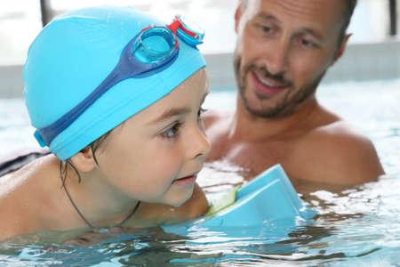 aprendizaje: Niño pequeño aprender a nadar