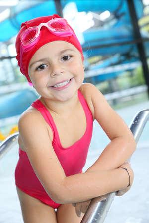 ba�andose: Retrato de ba�o de 4 a�os de edad, ni�a en la piscina