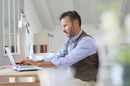 Man werken op laptop computer Stockfoto