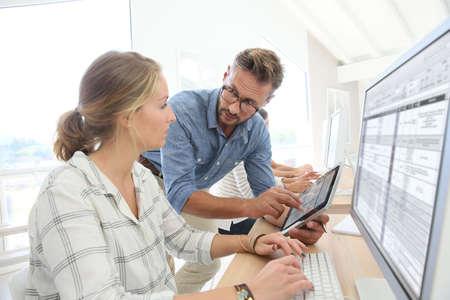 Student meisje met leraar werken op desktop computer
