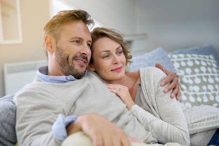 Couple d'âge mûr de détente dans canapé à la maison