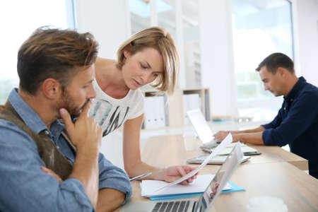 personas trabajando en oficina: Gente de negocios trabajan juntos en la Oficina Foto de archivo