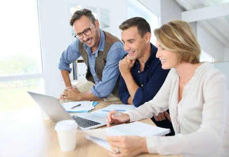 COLABORACION: Gente departamento financiero que trabajan en plan de presupuesto