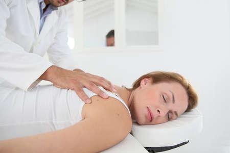 columna vertebral: Quiropr�ctico comprobando la columna vertebral de la mujer Foto de archivo