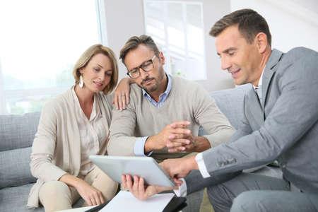 contratos: Asesor financiero que muestra los términos del contrato en la tableta