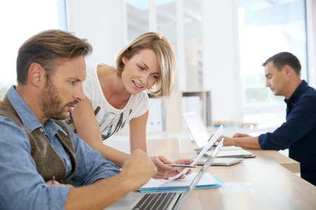 reunion de trabajo: Gente de negocios trabajan juntos en la Oficina Foto de archivo