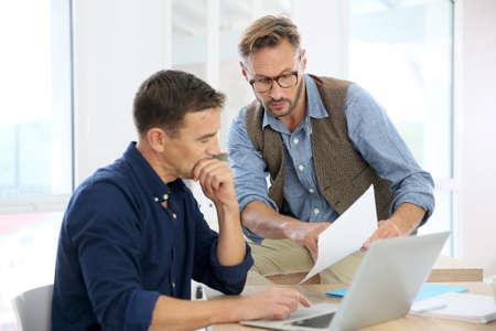gestion empresarial: Hombres de negocios en la oficina que trabajan en proyecto