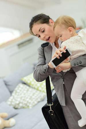 madre trabajando: Empresaria ocupada corriendo tarde al trabajo en la ma�ana Foto de archivo