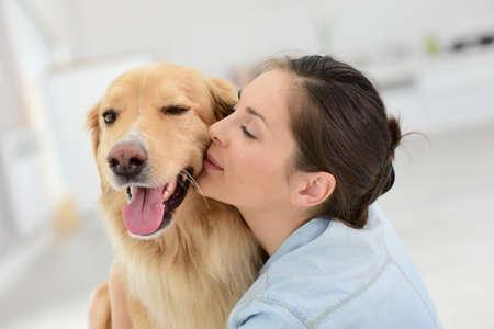 Junge Frau streicheln ihr Hund