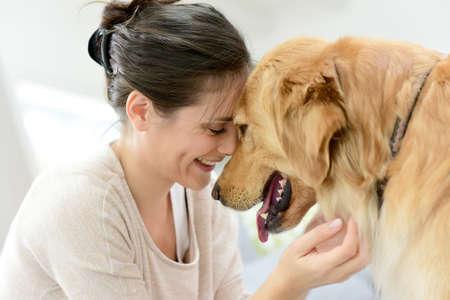 Portret van de vrouw met hond