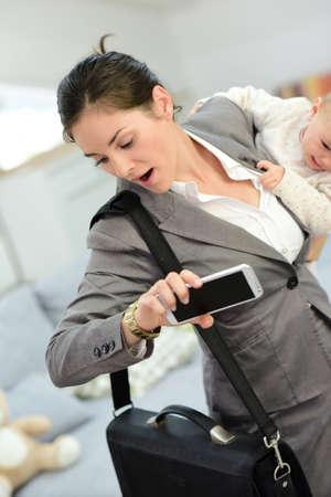 madre trabajadora: Empresaria ocupada corriendo tarde al trabajo en la mañana Foto de archivo