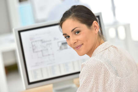 ordinateur de bureau: Jeune femme d'affaires travaillant sur ordinateur de bureau