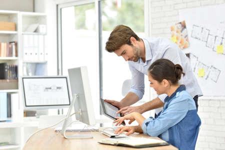 デスクトップ コンピューター上のオフィスで働くビジネスマン 写真素材
